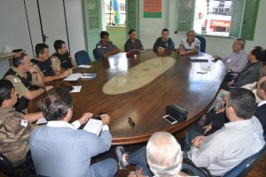 Prefeito esteve reunido com diversas autoridades ligadas à segurança pública /Divulgação