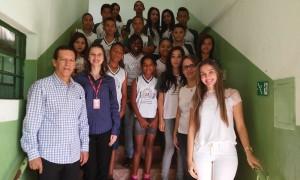 Darci Tavares, Ivania Patrícia de Souza, a diretora da escola, Mara Cristina Simões Oliveira e a cirurgiã dentista, Ana Luiza e alunos beneficiados