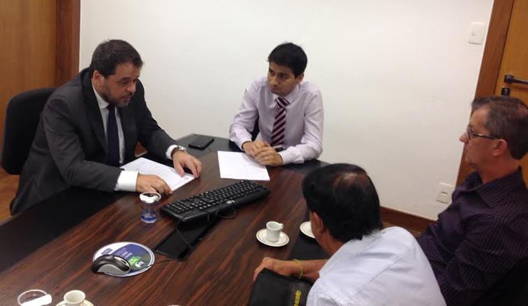 O deputado Glaycon Franco, Geraldo Sabino e Darcy Sousa conversam com representante da Copasa