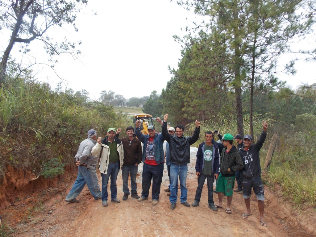 moradores comemoram desobstrução