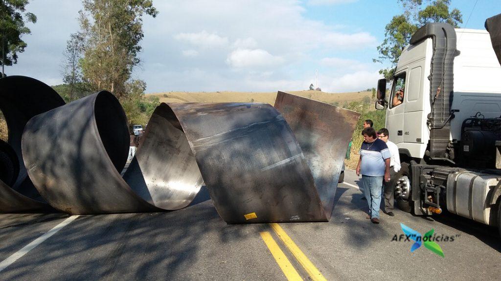 Bobina de mais de 2 metros atingiu caminhão