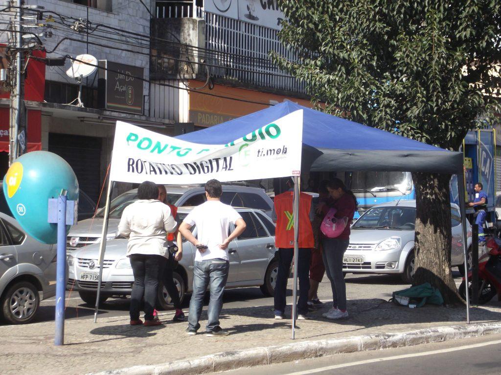 Empresa instalou pontos móveis de venda de recarga e vai ampliar monitores nas ruas
