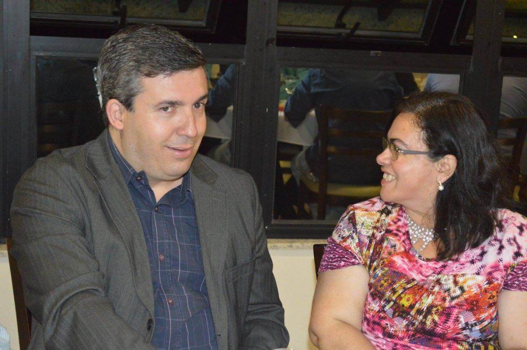Wesley Luciano conversa com a presidenta do PT lafaietense, Silene Gonçalves; o ex vereador desistiu da candidatura
