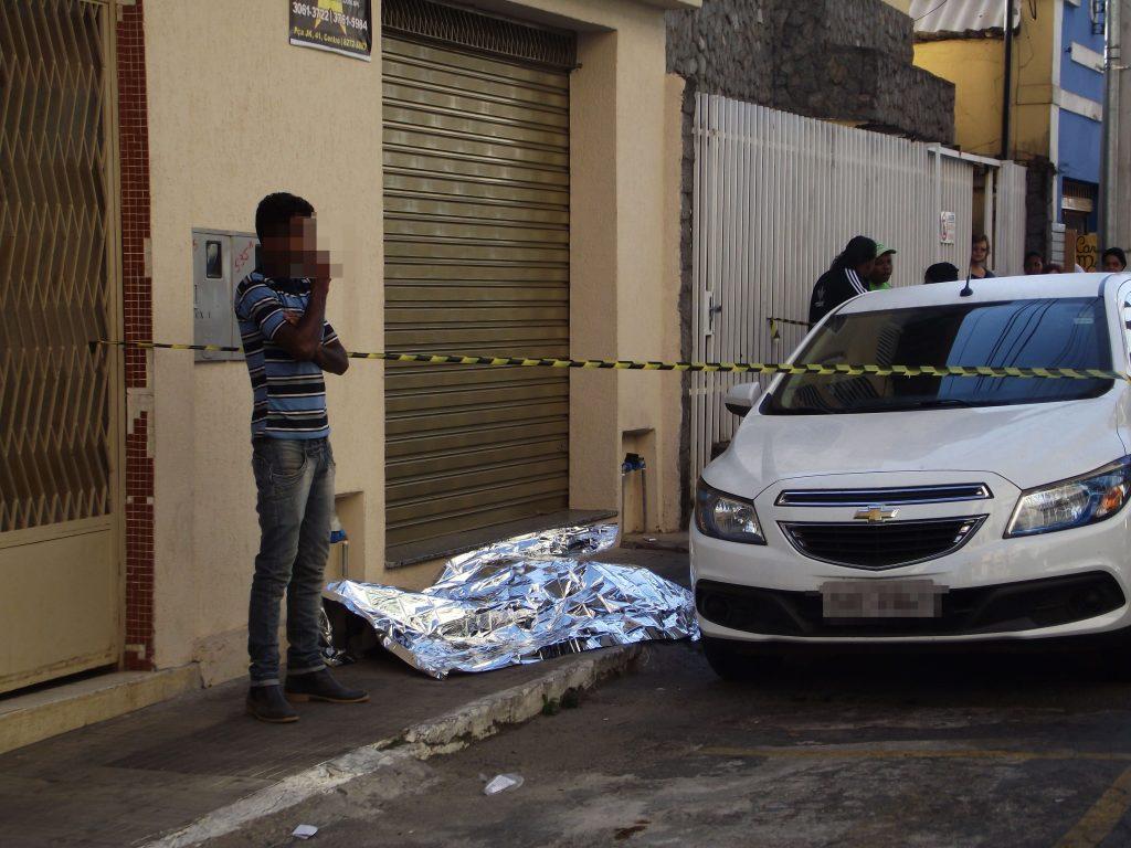 Corpo foi encontrado em frente a Câmara/Foto: CORREIO DE MIJNAS