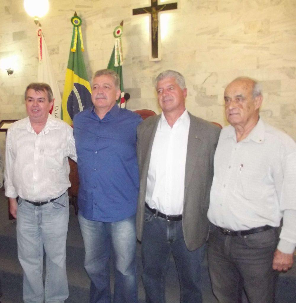 Entre as diversas lideranças, o ex prefeito e ex deputado José Milton marcou presença/Foto: CORREIO DE MINAS