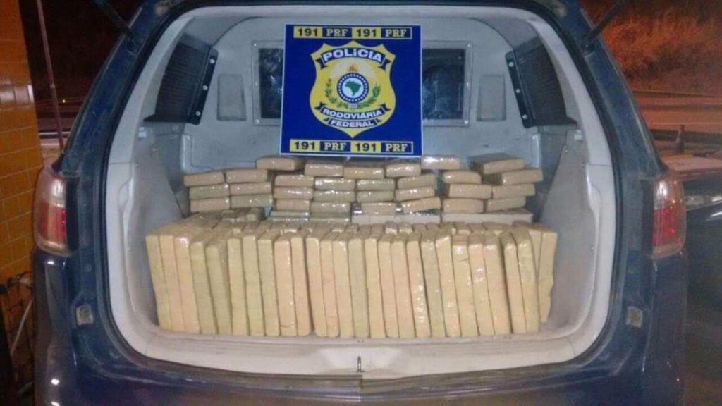No carro dos suspeitos, foram encontrados 148 tabletes de maconha (foto: Polícia Rodoviária Federal (PRF) / Divulgação)