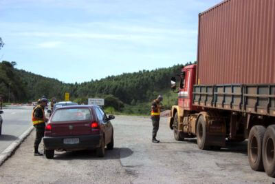 Motoristas são parados e respondem a questionamentos/CDI News
