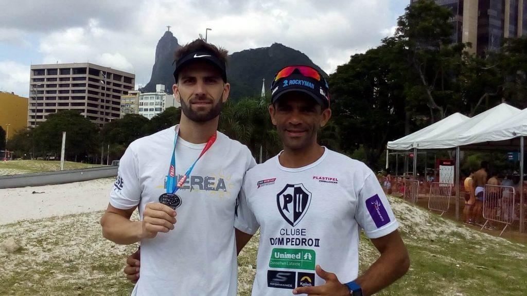 Juarez com a medalha de participacao aguardava a premiacao da prova ao lado do hepta campeao da mesma prova Ernani de Souza que estava de passagem pelo Rio de Janeiro