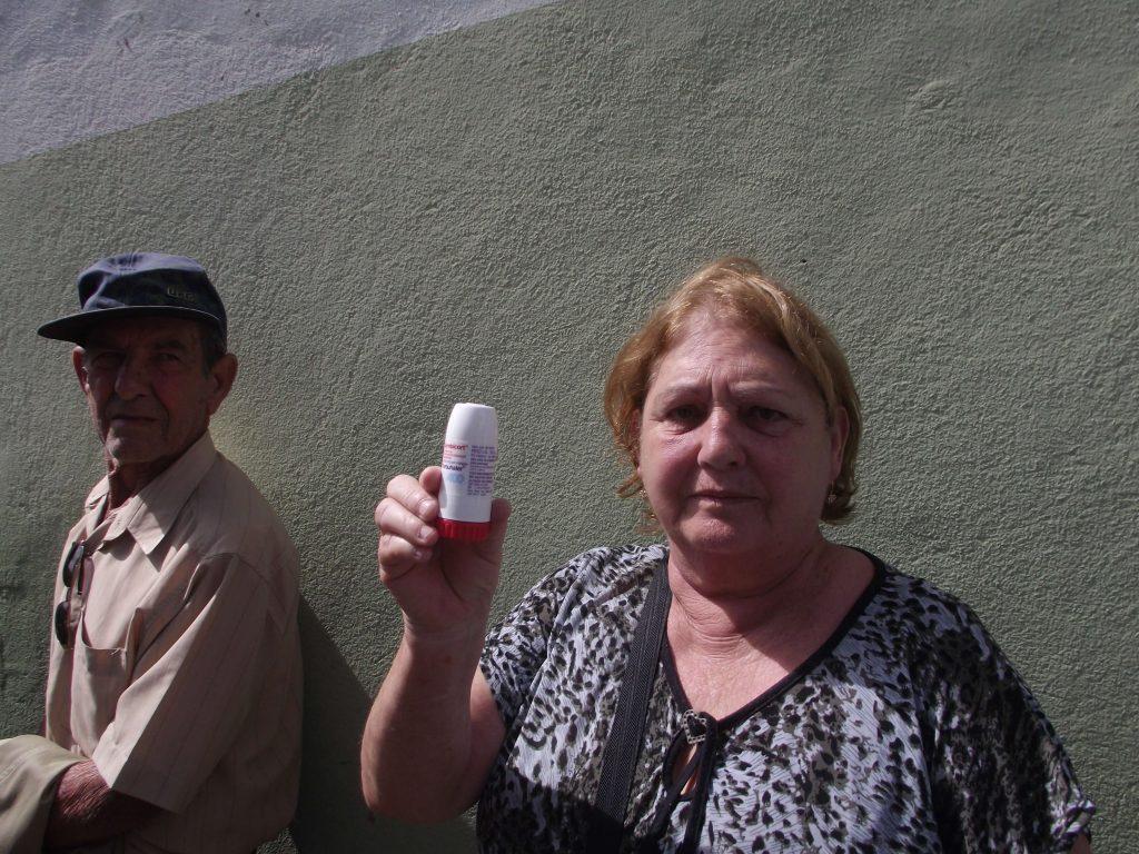 A idosa Maria Ângela exibe remédio para asma que está faltando há mais de um mês