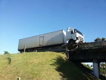 carreta-acidente-no-viatuto-areal1