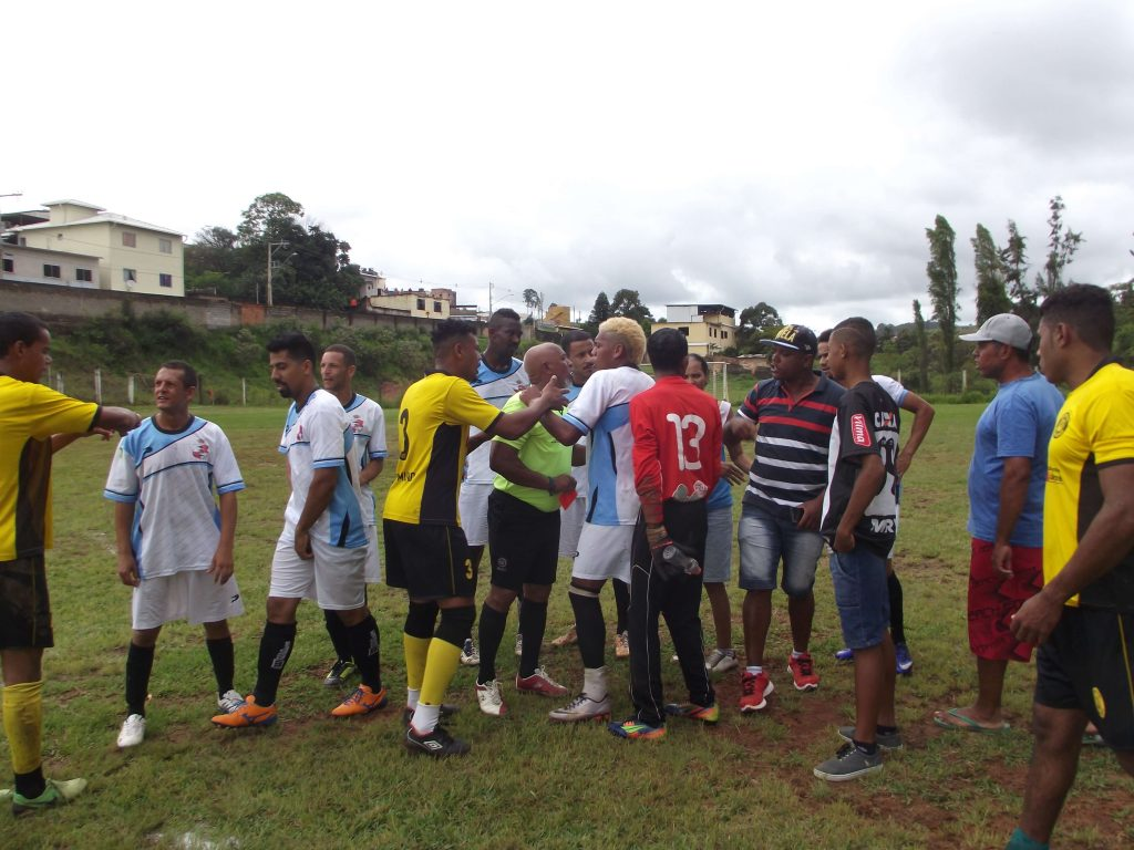 Jogo foi tenso e agitado e árbitros tiveram trabalho para controlar os jogadores