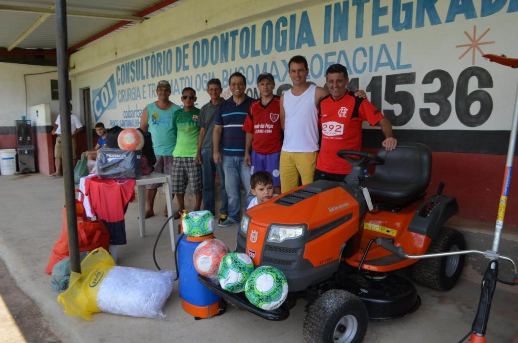 Deputado Glaycon Franco entregando material para o Carandaí Esporte Clube/Divulgação