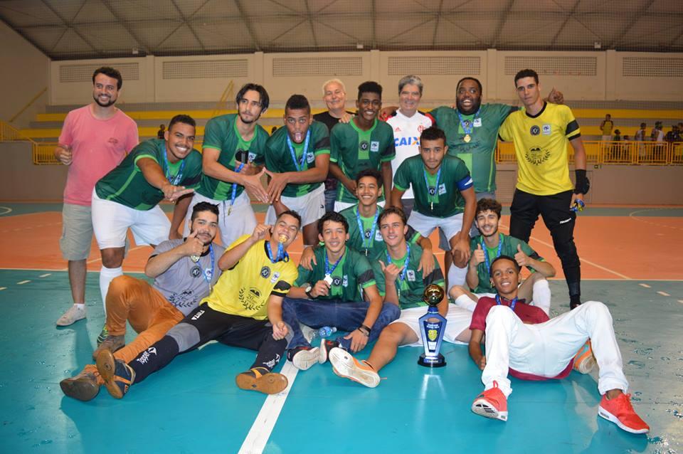 O Shakthar, do Joaquim Murtinho, Vila Marques, Vila Cardoso e região levantou o troféu de campeão da Copa Verão Sub-18/Divulgação