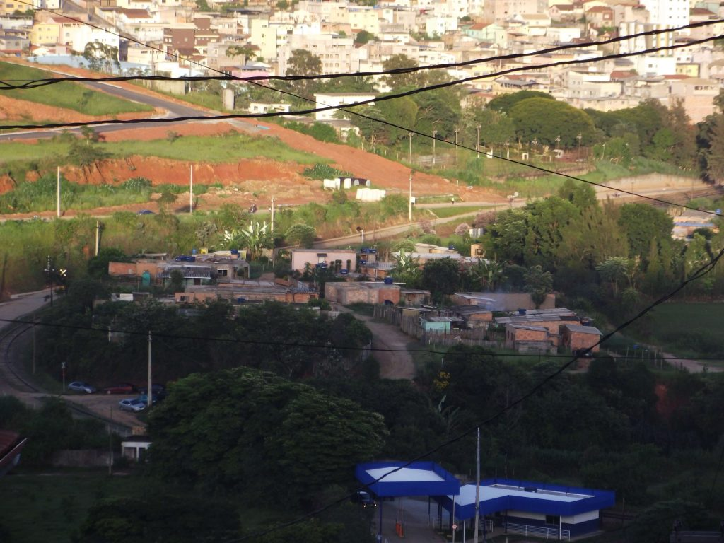 Cerca de 56 famílias vivem no bairro sem água, luz ou saneamento básico/CORREIO DE MINAS