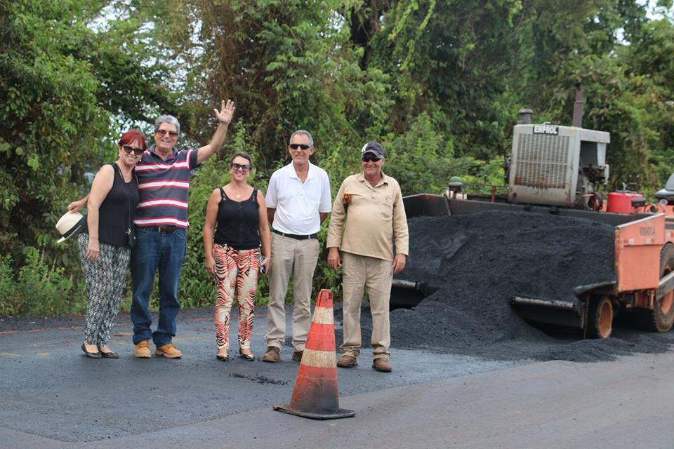 O prefeito Zelinho, acompanhado da secretária de Obras, Rosemary Aparecida, e da primeira-dama, Miriam Schwab, acompanhou a finalização dos oito quilômetros de asfalto/Reprodução