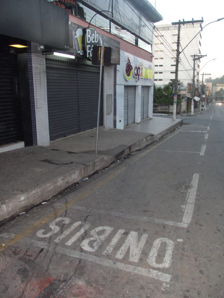 Falta de respeito:inúmeros pontos de ônibus deixam expostos ao sol e a chuvas os usuários/CORREIO DE MINAS