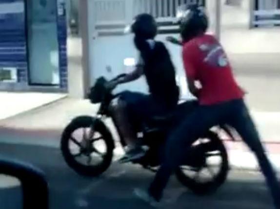 Em uma moto, dupla espalha terror e faz dois assaltos em série no ...